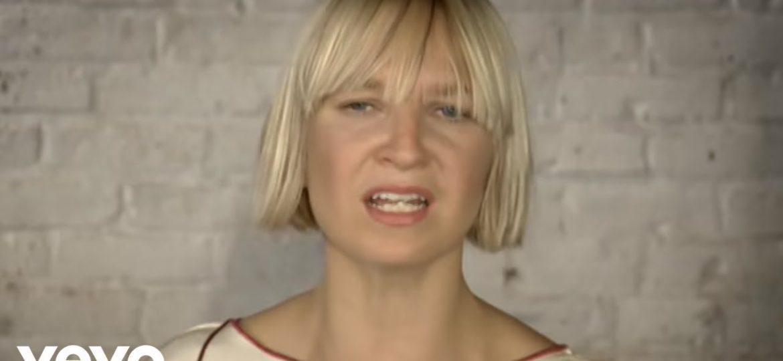 Η Sia τραγουδάει στη Νοηματική γλώσσα